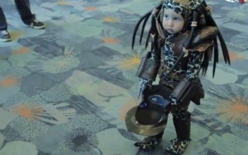Criancinha fantasiada de Predador