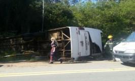 Ônibus de banda sertaneja tomba e deixa mortos